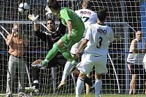 V deváté minutě sobotního zápasu třetí fotbalové ligy se takto střelecky prosadil domácí Jiří Chrdle, který pěknou hlavičkou překonal brankáře hostí Lukáše Šourka a zvýšil vedení svého týmu na 2:0. Nakonec ale Písek zvítězil nad Karlovými Vary 4:1.