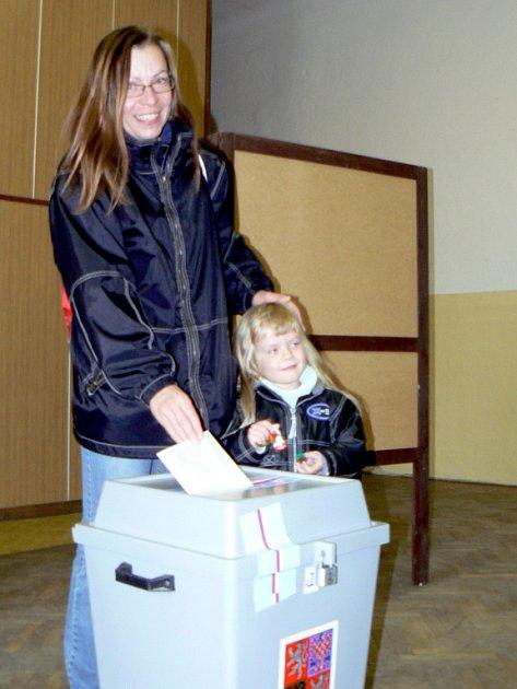 SENÁTNÍ VOLBY. Do 2. kola senátních voleb přišla v sobotu ve 12 hodin do volební místnosti okrsku č. 1 (v Písku na Alšově náměstí) volit také Daniela Kopřivová se svou dcerou Kateřinou Schinerovou.