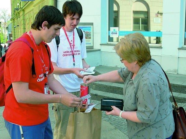 Veřejná sbírka.  Červenobílé dny uspořádalo včera v píseckých ulicích Občanské sdružení LORM – společnost pro hluchoslepé.  Sbírka se snaží pomoci cca 4000 lidem v ČR  postižených hluchoslepotou vést kvalitnější život.