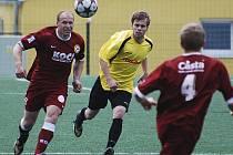Domácí Miroslav Zach (vlevo) uniká Královi v zápase krajského fotbalového přeboru, ve kterém FC Písek B zvítězil nad Čkyní 3:1.
