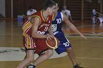 Na snímku je v akci písecký hráč Radek Vartecký (s míčem), který ve dvou zápasech basketbalové extraligy juniorů proti pražským soupeřům zaznamenal deset bodů.