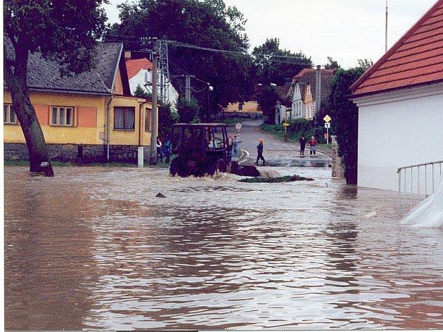 NA NÁVSI. V Ostrovcích  zasáhla povodeň  ve třech  vlnách sedm domů. Opravy trvaly téměř rok.