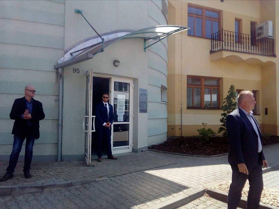 Kolona s prezidentem Milošem Zeman dorazila před budovu radnice v Milevsku.