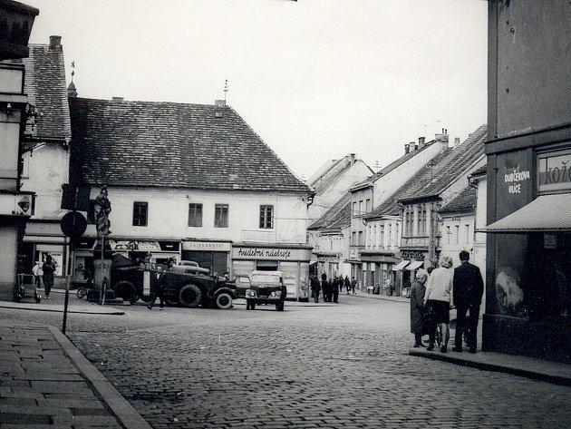SRPEN 1968 v Písku. Pohled na dnešní Havlíčkovo náměstí, socha sv. Floriána tehdy stála ještě v dolní částu náměstí u dnešního rynku V Koutě.