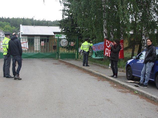 Aktivisté blokují vepřín v Letech.