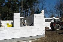 Na nových kabinách jsou hotové obvodové zdi.
