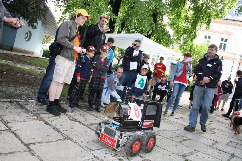 Součástí Cipískoviště byla i letos soutěž Robotem rovně aneb Autíčka v parku. Sochy z písku představují historické postavy.