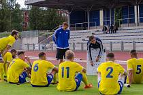 Písečtí fotbalisté naslouchají pokynům trenéra Ondřeje Prášila.