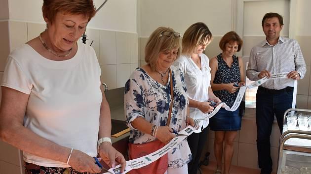 Ve čtvrtek 31. srpna byly slavnostně otevřeny dvě rekonstruované jídelny v mateřských školách při ZŠ J. K. Tyla v Písku. Na snímku je starostka Eva Vanžurová při otevírání jídelny v 9. mateřské škole.