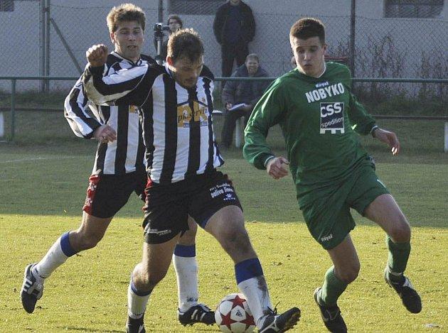 Čížovský Petr Jindřich (na snímku vpravo) vstřelil v divizním utkání proti Rokycanům dva góly a podílel se tak na výhře svého týmu v poměru 4:1.