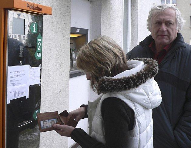 POPLATKY. Jeden ze dvou  automatů vybírajících peníze za návštěvu lékaře v písecké nemocnici se už včera porouchal. V takovém případě to pro pacienta znamená  další cestu se složenkou do nemocniční pokladny nebo na poštu.