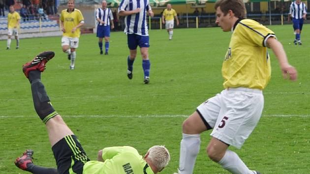 Hostující brankář Jan Matoušek kryje míč před Petrem Hornátem v utkání minulého kola krajského přeboru v kopané, ve kterém FC Písek zvítězil nad Hlubokou vysoko 5:0.