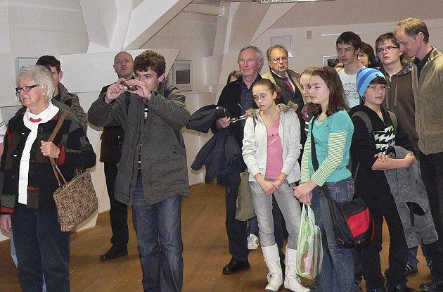 Dernisáže výstavy mladých fotografů z Písku a Deggendorfu se v Bilých trámech Sladovny zúčastnili hosté z obou měst.
