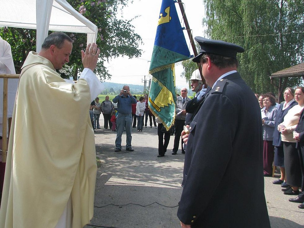 Prapor a znak posvětil představený Milevského kláštera N. F. Vehovský.