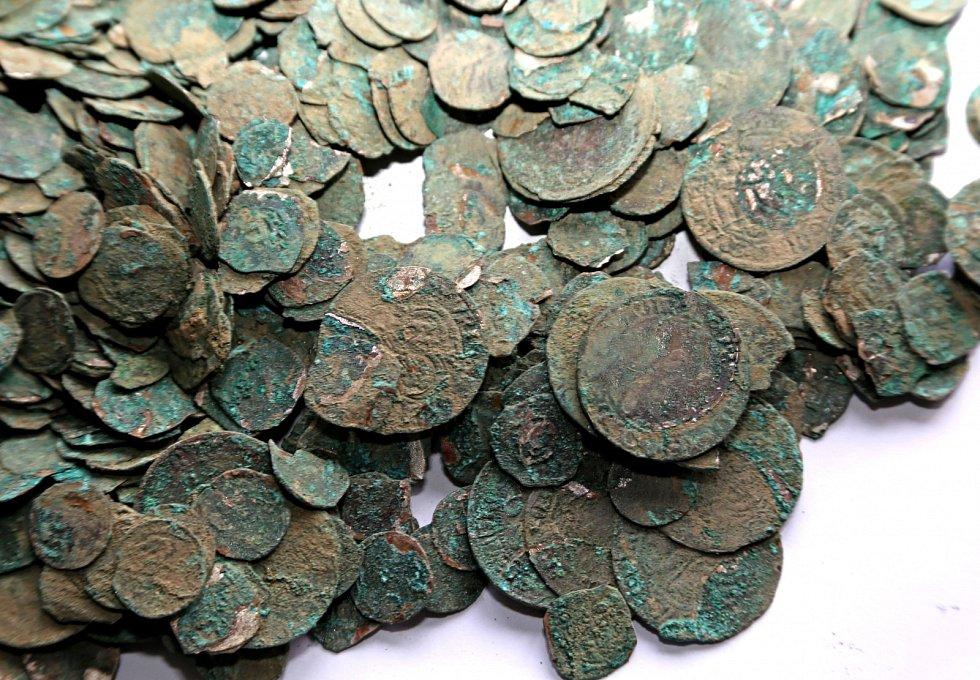 Stříbrné mince nalezené v Kučeři na Písecku.