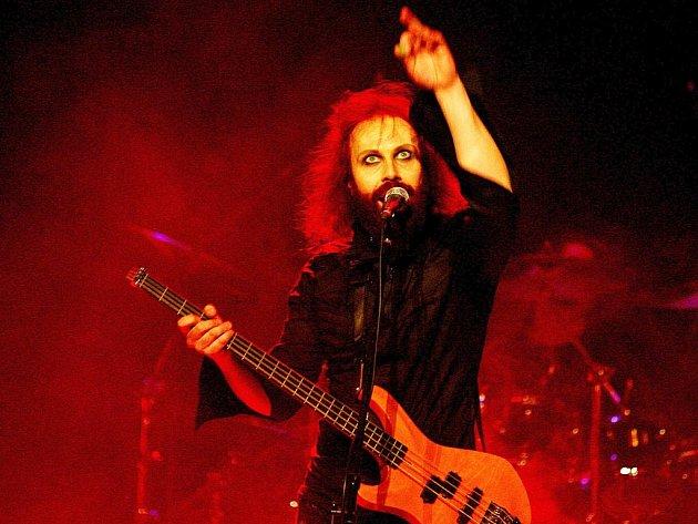 Zpěvák a baskytarista finské kapely Waltari Kärtsy Hatakka.