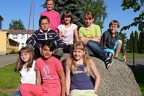 Anna Bočanová, pod ní sedí Michal Kolář, Eliška Zuzáková, Nela Kosková a Vítek Průša. V dolní řadě jsou Martina Zelenková, Marie Žigová a Zuzana Kořánková