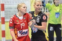 Na snímku je písecká hráčka Michaela Borovská (vpravo) společně s hráčkou rakouského Dornbirnu Annou Moosbruggerovou v úvodním zápase třetího kola evropského Challenge Cupu.