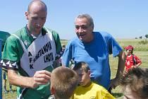 OBÁVANÝ KANONÝR. Reprezentační útočník Jan Koller se za dohledu svého otce Petra Kollera podepisuje svým mladým příznivcům na hřišti ve Smetanově Lhotě, kde, jak on sám tvrdí, jednou dohraje svoji dlouholetou a velice úspěšnou fotbalovou kariéru.
