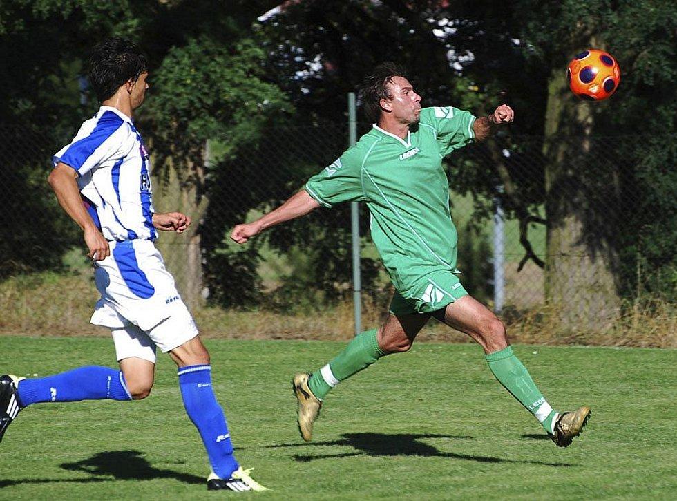 Domácí Lukáš Kučera (vpravo) se chystá ke střelbě, vlevo se ho snaží blokovat Karel Sláma. V utkání minulého kola fotbalové divize Čížová prohrála se Strakonicemi 0:4.