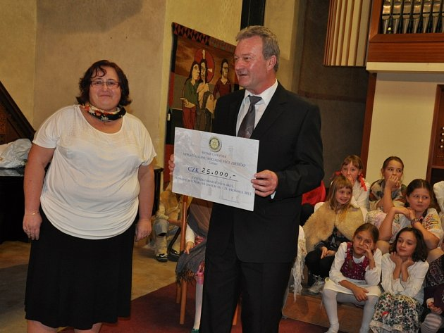 Písecký Rotary Club již osmnáctý rok uspořádal vánoční charitativní koncert, jehož výtěžek byl 25 tisíc korun.
