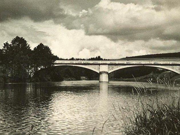 Břehy řeky Otavy spojuje Zátavský most od roku 1927. Snímek je z roku 1935.