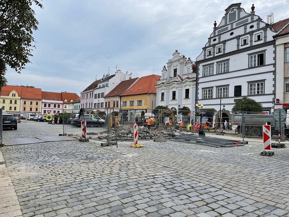 Dopravu na Velkém náměstí komplikovaly řadu týdnů práce kvůli výstavbě horkovodu.