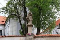 Socha sv. Jana Nepomuckého u kostela v Mirovicích.