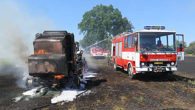 Na poli hořel traktor a lis na slámu.