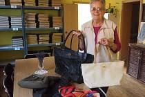 Věra Müllerová z Blatné přinesla čtyři kabelky a tři šátky.