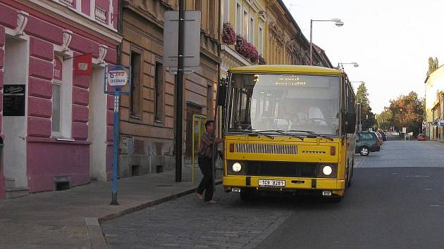 Zastávka autobusu v Žižkově ulici.