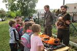 Den s lesníkem si užili i žáci z Chyšek.