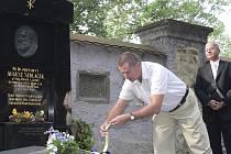 Pietní akt u hrobu Augusta Sedláčka