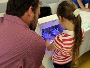 Děti i dospělí si vyzkoušeli, jak si správně mýt ruce.