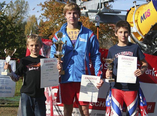 Na snímku jsou vítězové obou závodů v Rugiswalde ze Ski klubu Písek (zleva): Martin Hrabák, Petr Brandtner a Dominik Ochsner.
