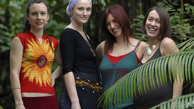 YELLOW SISTERS. Zpěvačky vokální skupiny se podle Mayů narodily ve žlutém spektru.