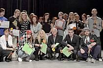 PO SOUTĚŽI.  Na společném snímku jsou vedoucí  tanečních klubů, choreografové a  členové poroty 10. ročníku soutěže Let's dance.