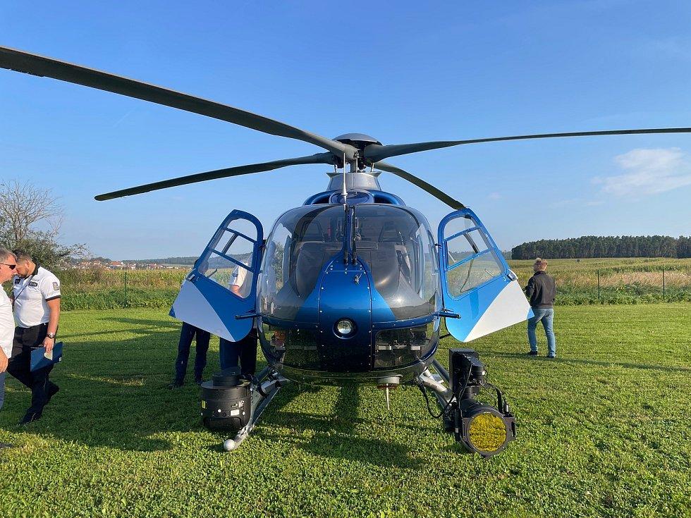 Do terénu vyrazily motorizované hlídky, řidiče ale kontroloval i policejní vrtulník.