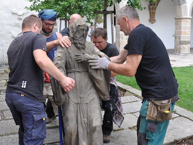 Stěhování sochy z nádvoří Prácheňského muzea.