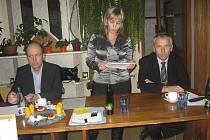 Na snímku čte předsedkyně OSS ČSTV Písek Romana Halamová zprávu o činnosti, vlevo je Zdeněk Krátký, člen VV ČSTV a vpravo Josef Kroh, řídící valné hromady.