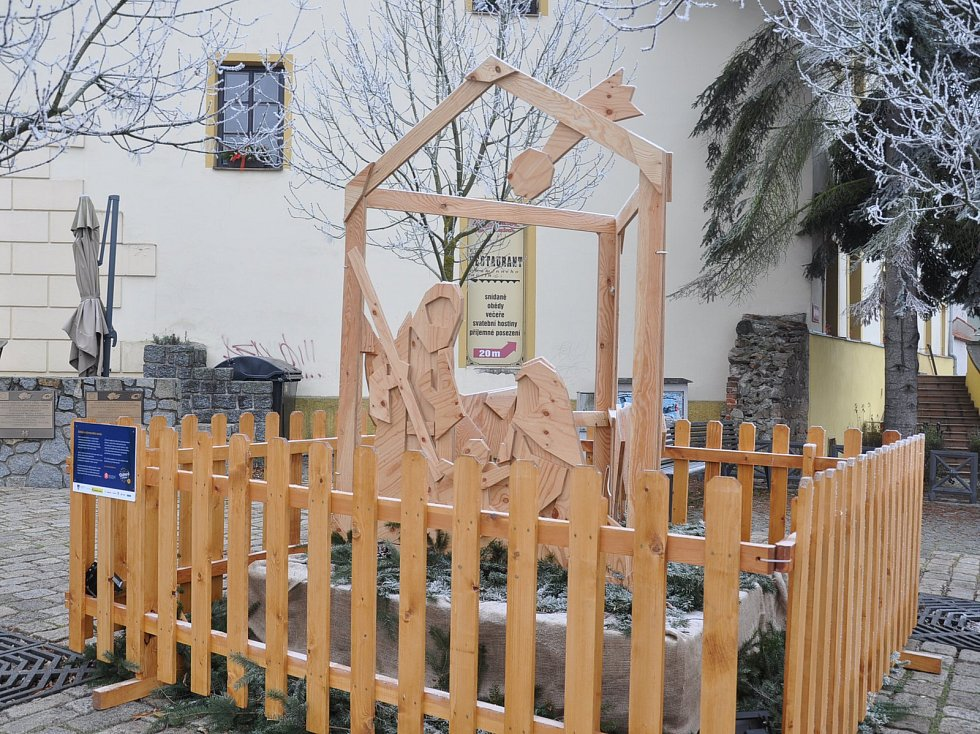 Dřevěný betlém u Kamenného mostu v Písku.