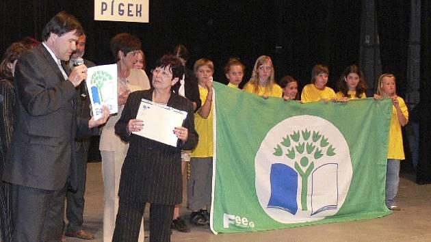 Na ZŠ T. G. Masaryka zavlaje nová vlajka. Starosta Miroslav Sládek předal při slavnostním zahájení školní akademie ředitelce Janě Kadlecové vlajku a logo se symbolem Ekoškola (v rukou ji drží děti ze školního ekotýmu).