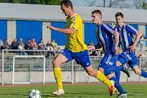 Hráč FC Písek Martin Voráček uniká domažlické obraně před gólem na 4:2.