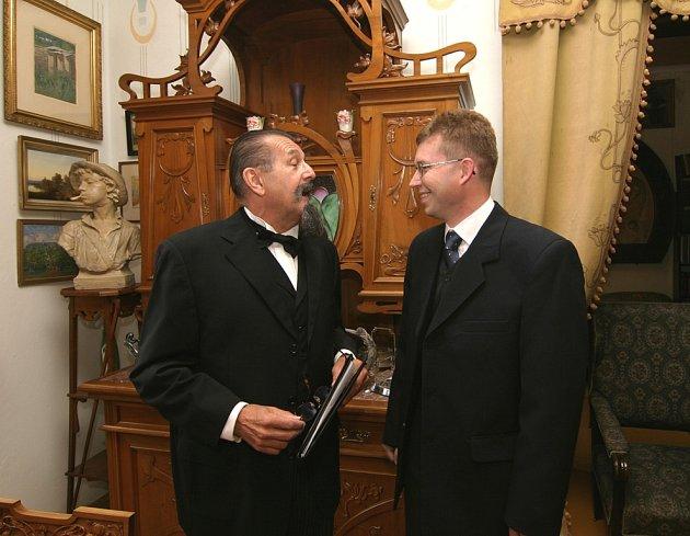Adolfa Heyduka představuje herec Jihočeského divadla Petr Drholec. Na snímku z památníku je s pracovníkem Prácheňského muzea v Písku Janem Adámkem.