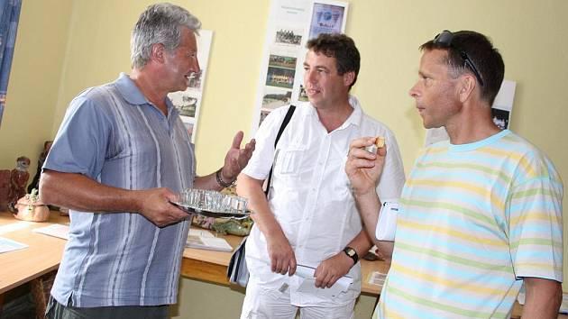 NÁVŠTĚVA. Starosta Čížové Tomáš Korejs (uprostřed) je místopředsedou letošní hodnotitelské komise, příští rok bude předsedou. Na snímku vlevo je místostarosta Borovan Zdeněk Hošna.