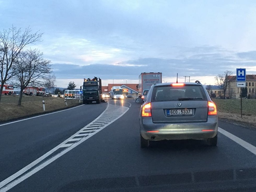 Ve čtvrtek před sedmou hodinou ranní havaroval na silnici I/20 u Protivína autobus s kamionem.