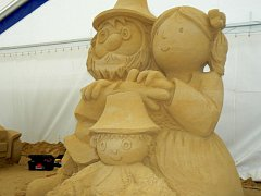Rumcajs, Manka a Cipísek jako sochy z písku.