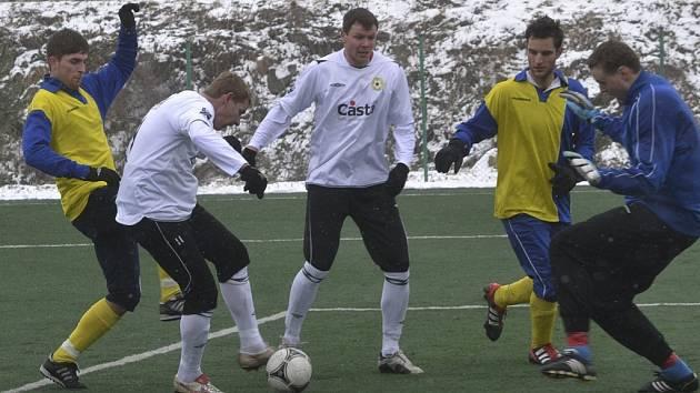Domácí hráči Jan Zušťák (u míče) a Roman Pivoňka se z této šance proti brankáři hostí Capouchovi neprosadili, přesto v sobotním přípravném utkání zvítězili fotbalisté Písku nad Benešovem 2:0.