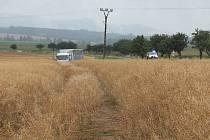 Nákladní vůz skončil po nehodě v poli.
