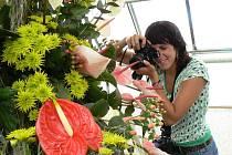 Martina Šindelářová z Příbrami přijela na výstavu květin nejen jako divák, ale také jako dokumentaristka, květinové království v čimelickém zahradnictví fotografuje pro svou sestru - květinářku, která se na výstavu nemohla dostat.